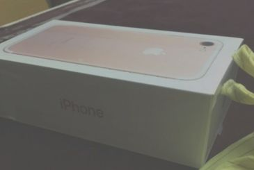 The alleged packaging of the iPhone 7 in the picture