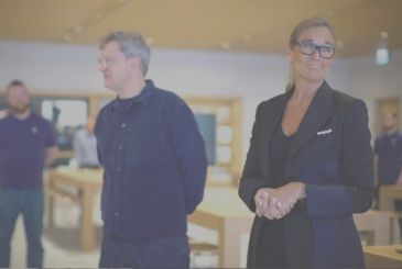 Angela Ahrendts recalls the early days of Apple and tells the story of Jony Ive, who asked not to tap on tables