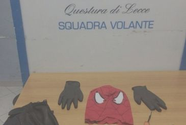 Lecce: he disguises himself as Spider-Man to rob a laundry room!