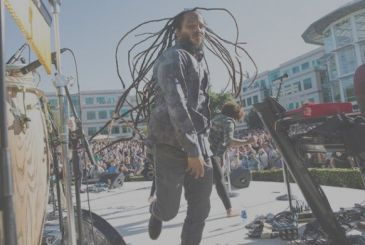 Ziggy Marley at the party the Apple of Earth Day