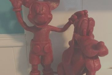 Creates works and characters with the wax of the Babybel