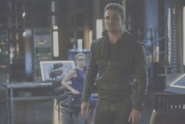Arrow 8: Stephen Amell comments on the absence of Felicity
