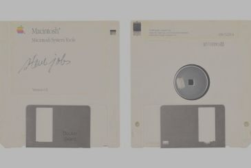 Floppy disk signed by Steve Jobs was put up for auction